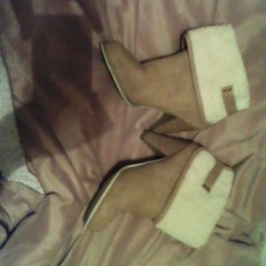 Tan hilled boots